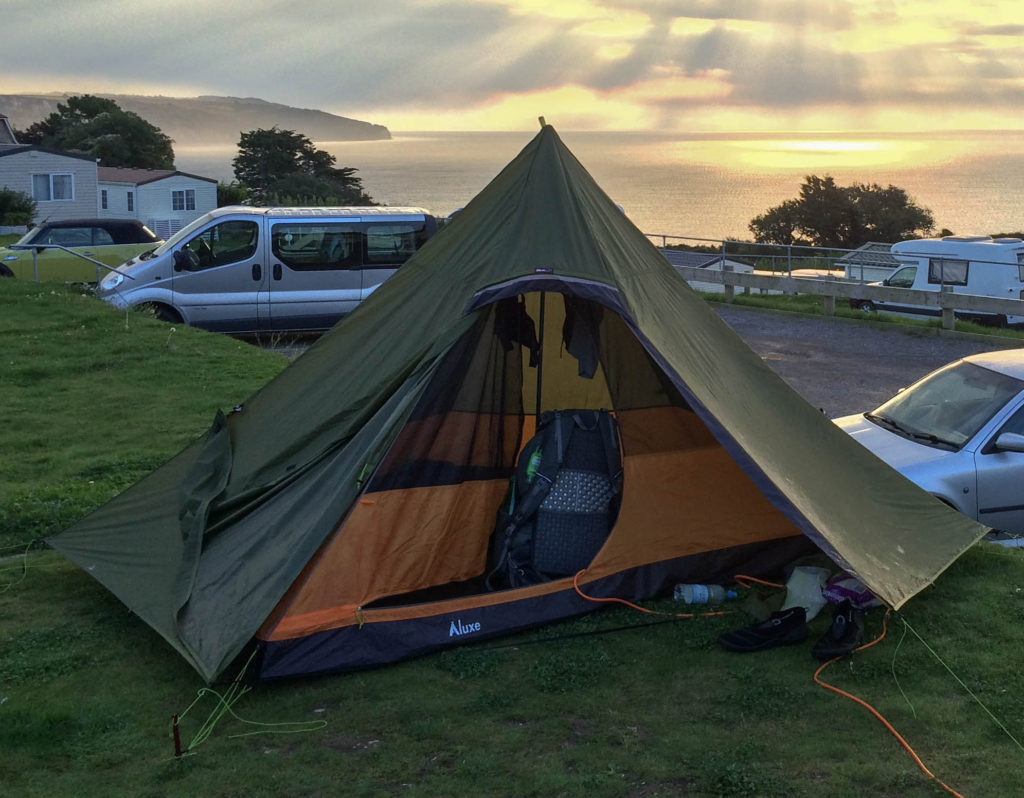 Pyramidenzelt auf einem Campingplatz