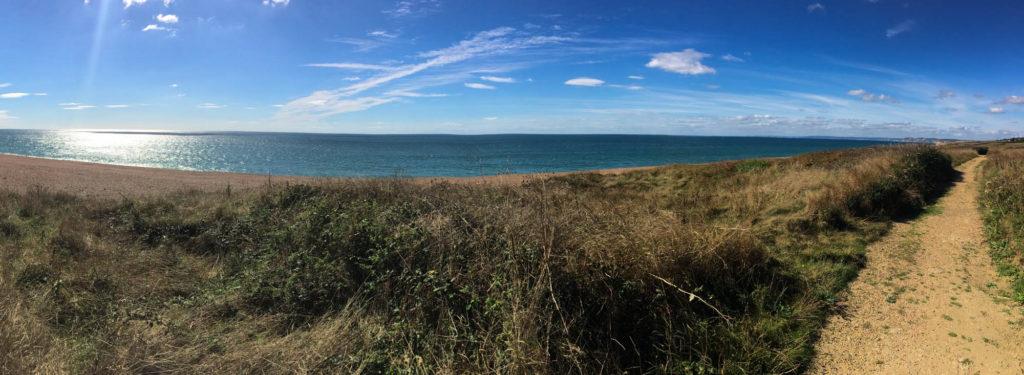 Weg entlang des SWCP mit Blick auf das Meer und den Strand