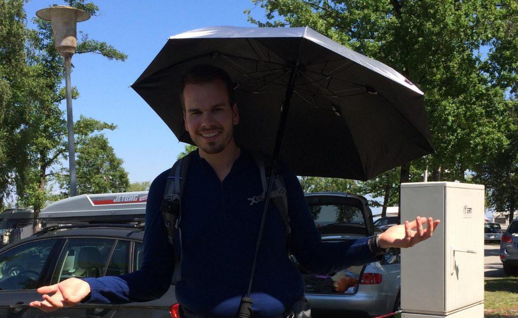 Foto eines an einem Rucksack befestigten Trekking-Schirms