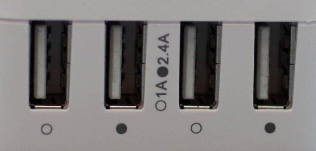 Foto von vier USB-Buchsen die mit 1A bzw. 2,4A Stromstärke beschriftet sind