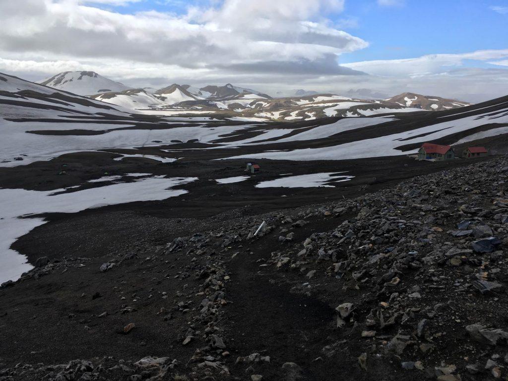 Foto des Isländischen Hochlandes mit einer kleinen Wanderhütte und einem Zeltplatz mit einigen Zelten