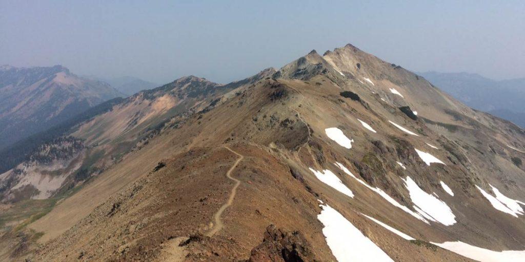 Foto eines Wanderwegs auf einem Bergkamm