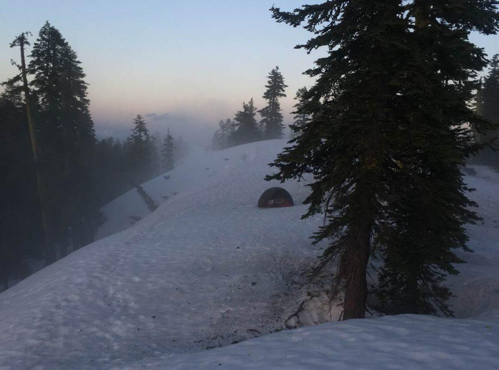 Foto eines Zeltes in einer verschneiten Landschaft