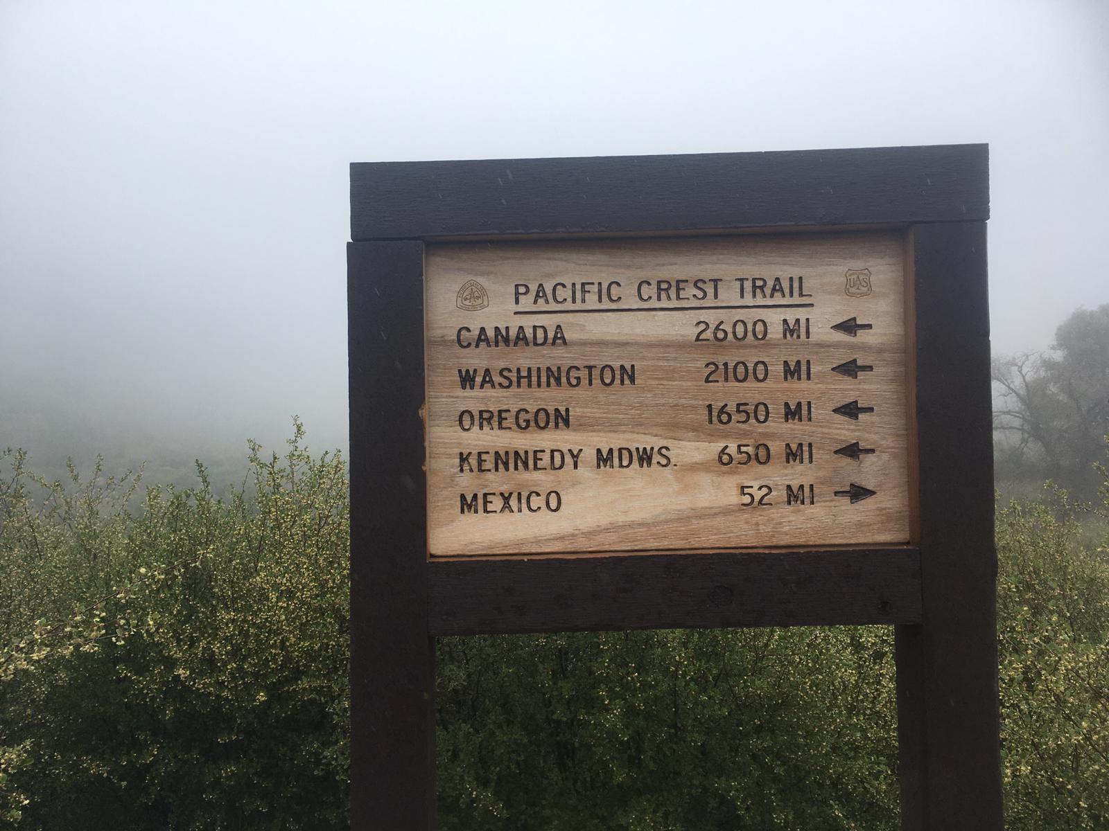 Wegweiser mit den Meilenangaben nach Kanada, Washington, Oregon, Kennedy Meadows und zu guter letzt nach Mexiko.